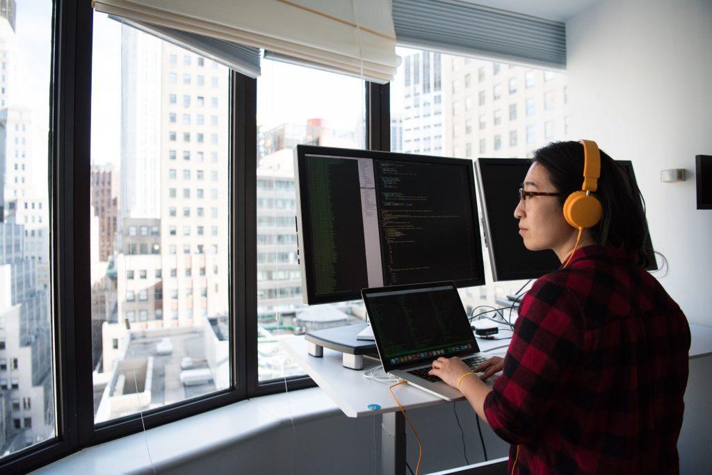 Bureau à la fenêtre