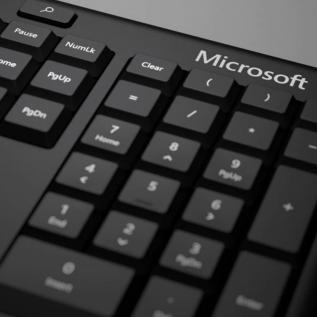 Clavier Microsoft Ergo courbé contre TMS