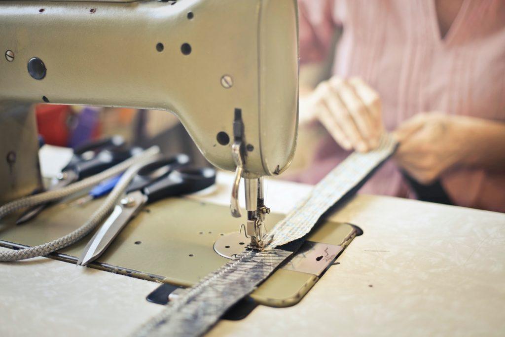 Aménagement ergonomique d'un poste de couturière