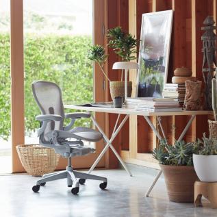 Télétravail avec chaise ergonomique de bureau Aeron